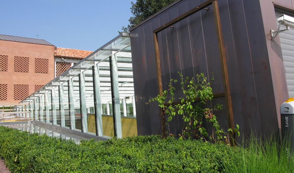 Banca Martellago con siepe e corridoio di vetro