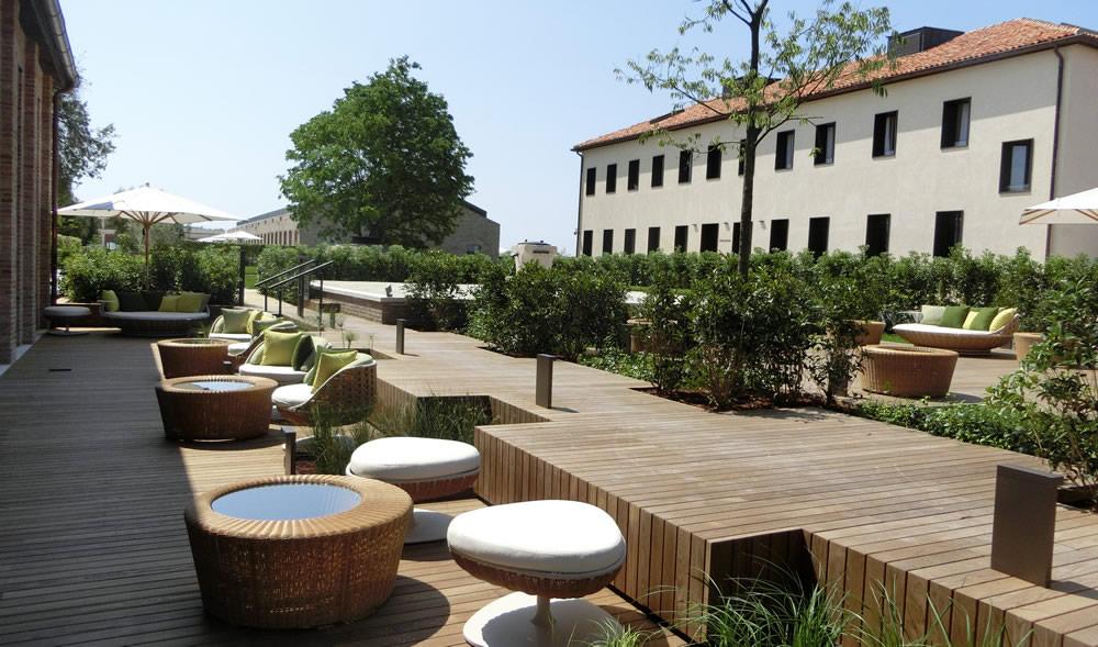 Hotel a Venezia e patio con poltroncine
