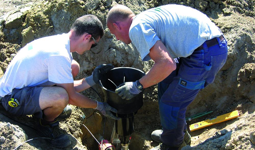 Staff de Il Germoglio installa impianto di irrigazione