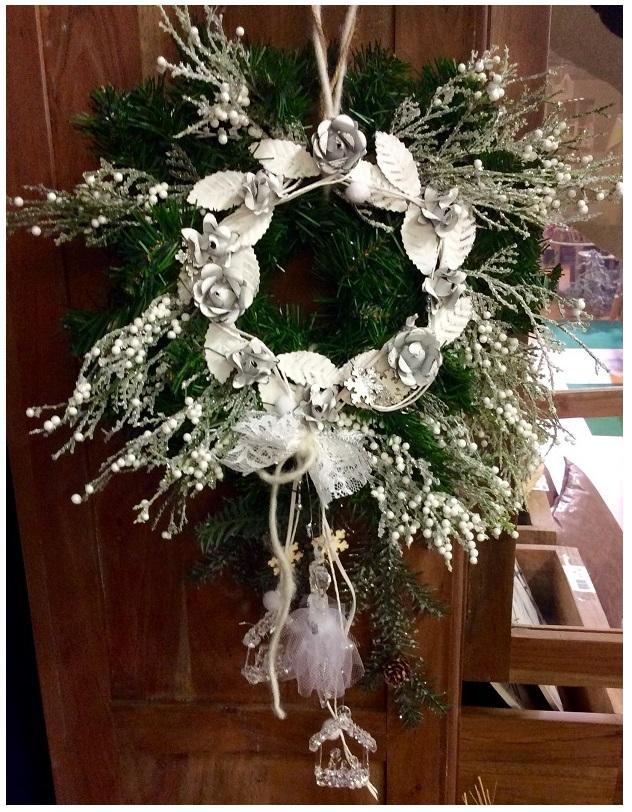 Come realizzare una ghirlanda natalizia per la porta il germoglio - Addobbi natalizi per la porta ...