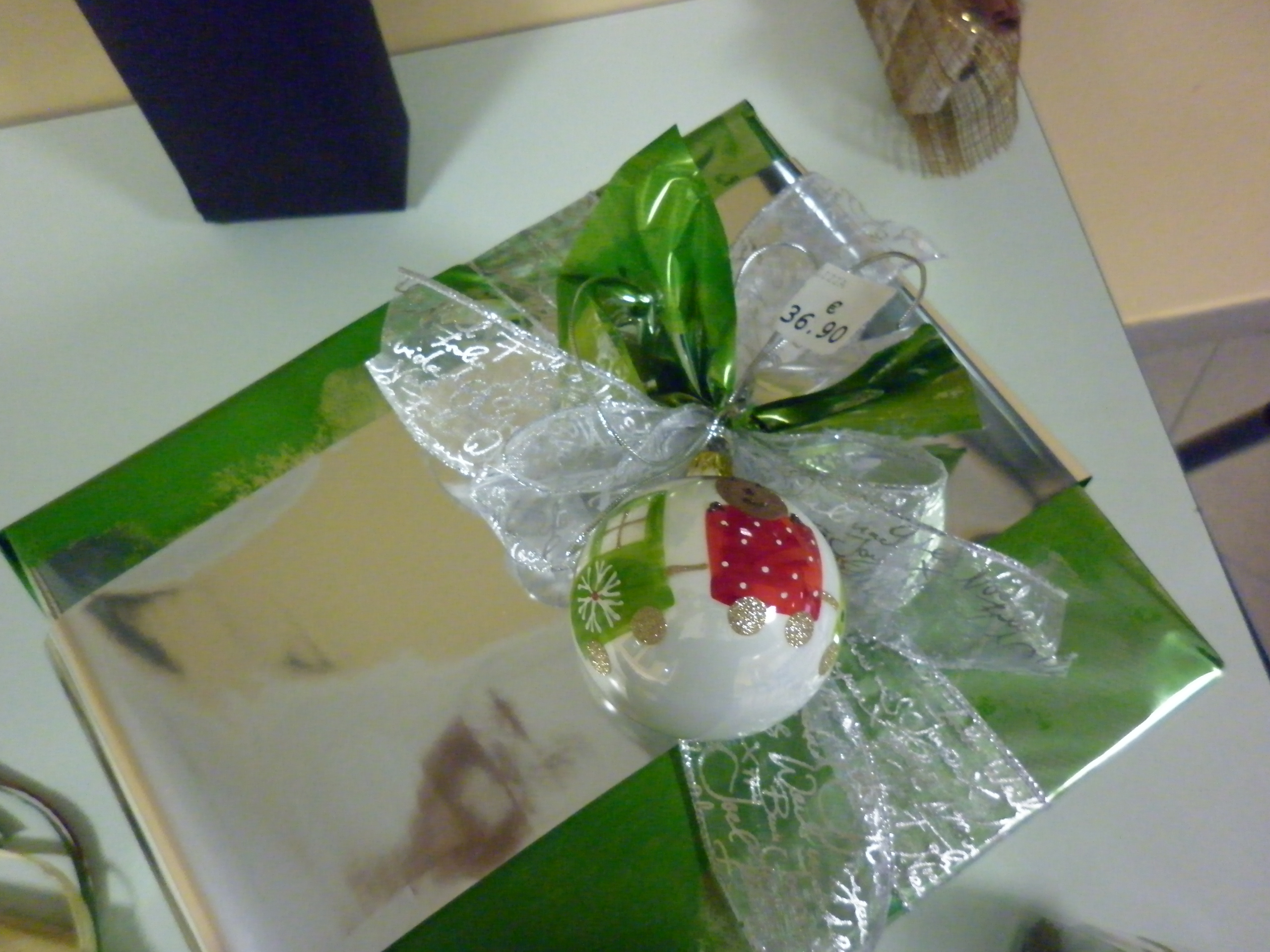 Come Fare Pacchetti Natalizi come confezionare un regalo: i consigli della nostra esperta
