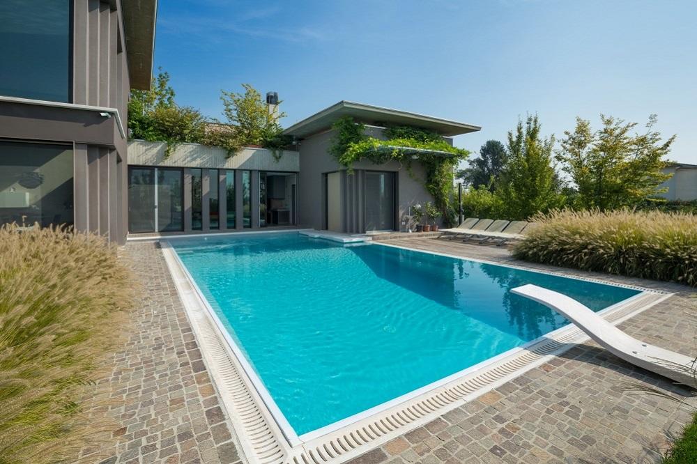 Come scegliere una piscina quale forma dove installarla for Quanto costa costruire una casa nel texas