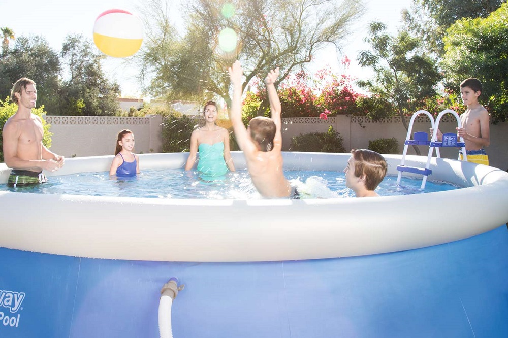Installare una piscina fuori terra in giardino consigli utili
